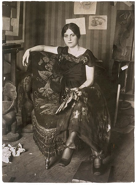 Olga_Khokhlova_in_Picasso's_Montrouge_studio,_spring_1918 (1)