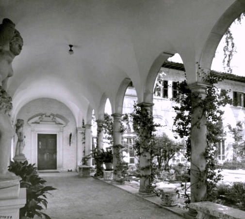 entrance-loggia-courtyard