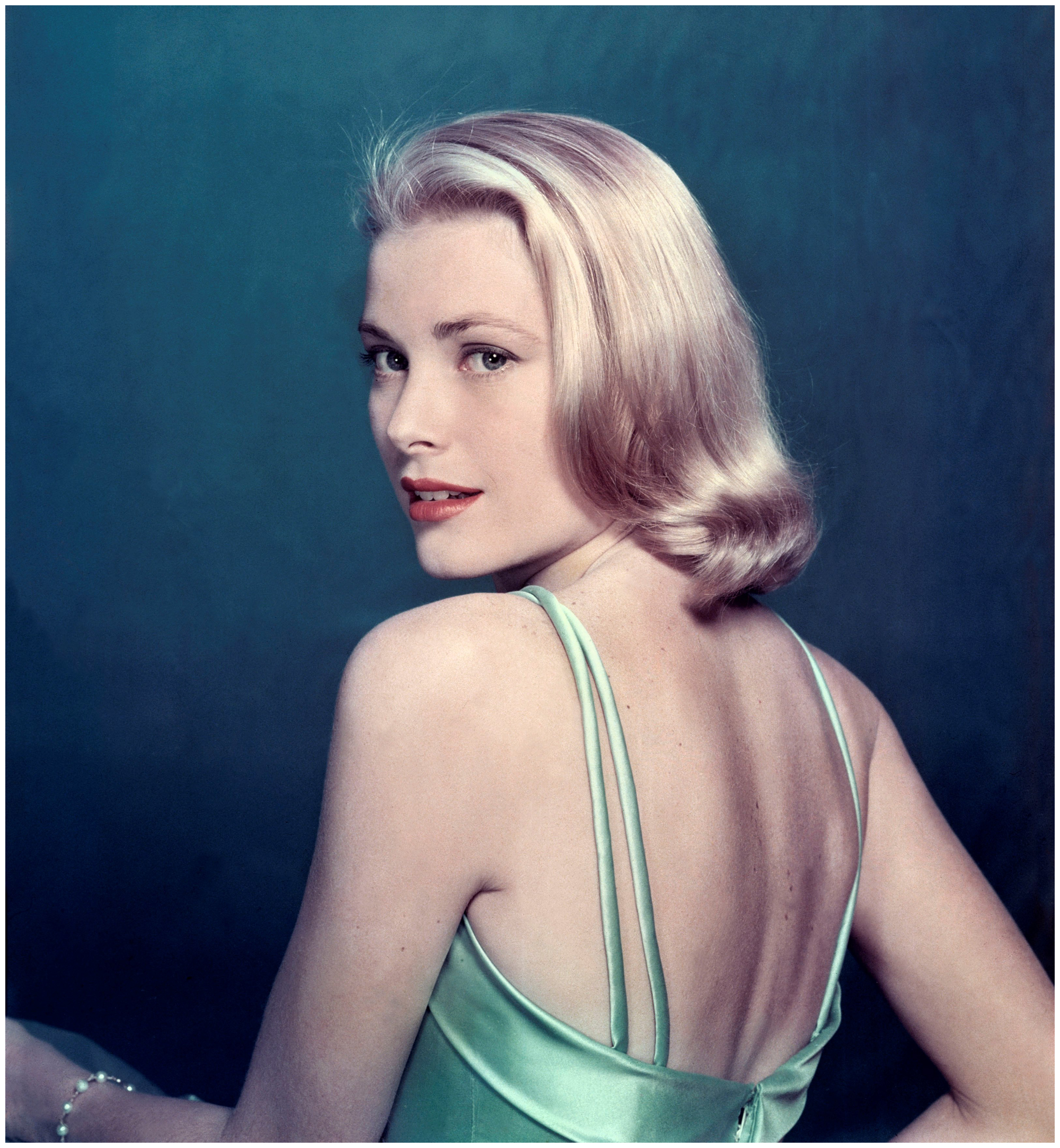 grace-kelly-posing-for-e2809clifee2809d-magazine-1954-philippe-halsmanmagnum-photos
