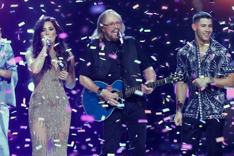 watch-the-bee-gees-barry-gibb-perform-at-grammy-tribute-05