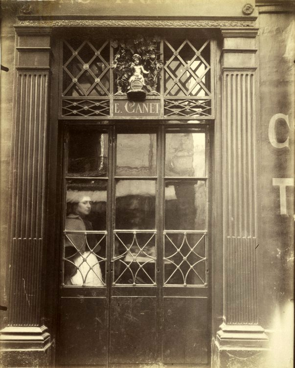 Atget. Petit Bacchus, 61, rue-St-Louis-en-l'Ile, 1901-02