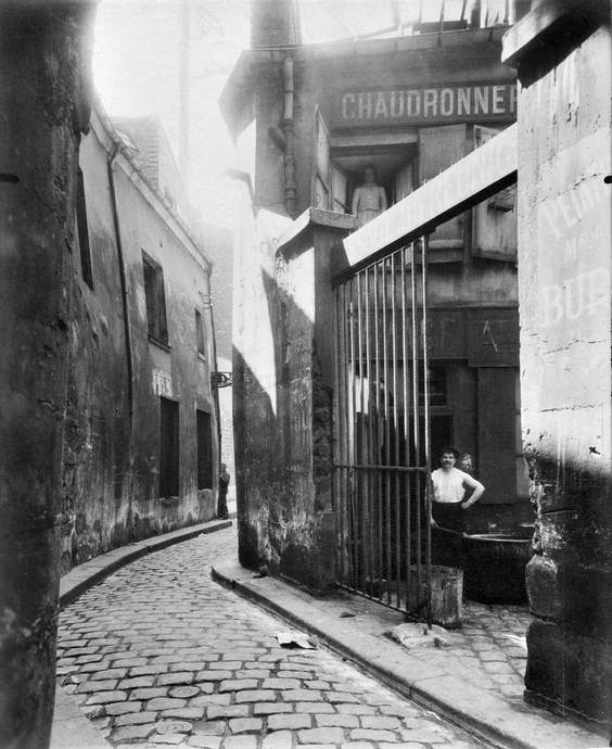 Atget, Entrée du passage de la Réunion, 1 et 3 Rue du Maure, 3° arrondissement en 1911.