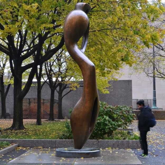 Henry Moore, Large Interior Form, 1982. North Stanley McCormick Memorial Court, Art Institute of Chicago.